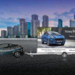 Reklama mobilna Ford - samochód, głośniki z reklamą dźwiękową oraz przyczepa z materiałem reklamowym w trakcie drogi przez miasto.